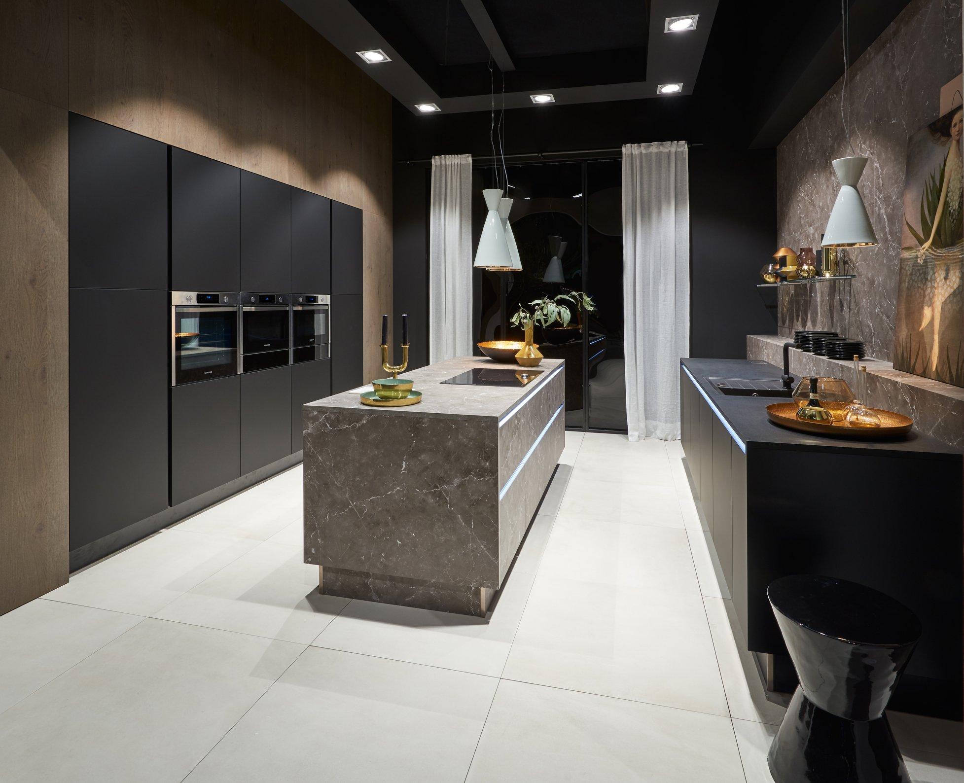 La cuisine et les murs d'armoires